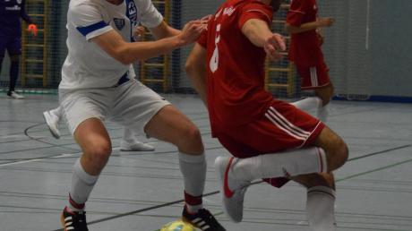 Sascha Tesic (rechts) und der TSV Neusäß waren nicht aufzuhalten. Hier versucht es im Halbfinale Simon Weis vom TSV Täfertingen vergeblich.