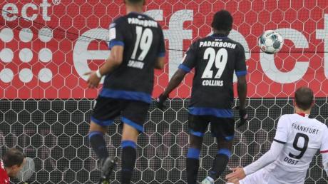 Paderborns Torwart Leopold Zingerle (l) kann den Treffer zum 2:1 durch Frankfurts Bas Dost (r) nicht mehr verhindern.