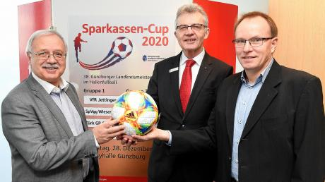 Landrat Hubert Hafner und Sparkassen-Vorstandsmitglied Uwe Leikert zogen die acht Mannschaften für die Endrunde um die Landkreis-Meisterschaft im Futsal. Spielleiter Gerhard Weng freute sich über Spannung versprechende Spiele, die am Samstag ab 17 Uhr in der Rebayhalle in Günzburg ausgetragen werden.