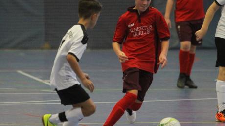 Der Ball rollt während den Weihnachtsferien in der Dasinger Schulsporthalle bei den Hallentagen des TSV.