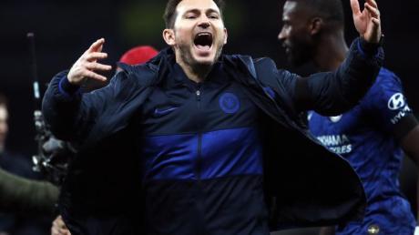 Chelsea-Coach Frank Lampard (vorne) sichert Antonio Rüdiger (hinten) vollste Unterstützung zu.