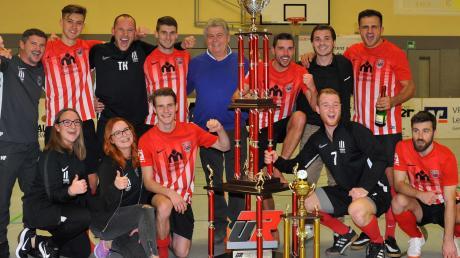 Teilweise größer als mancher Teilnehmer bei der Siegerehrung war der neue Siegerpokal beim UR-Cup in Wertingen. Die Turniersponsoren Ulrich reitenberger sen. und jun. feierten mit dem Titelverteidiger TSV Meitingen.