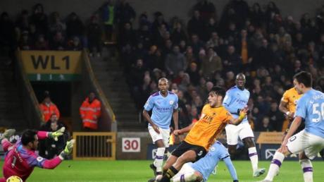Wolverhamptons Raul Jimenez (3.l) erzielt das zweite Tor seiner Mannschaft.