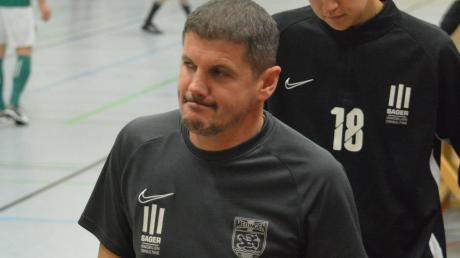 Nach dem Erfolg beim UR-Cup in Wertingen kann Meitingens Trainer Pavlos Mavros (vorne) bei der Endrunde um die Augsburger Landkreismeisterschaft nur ein Rumpfteam aufbieten.