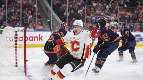 Mikael Backl von den Calgary Flames jubelt nach einem Treffer gegen die Edmonton Oilers.