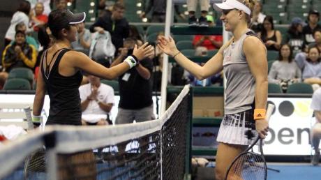 Misaki Doi (l) gratuliert Angelique Kerber zum Sieg.