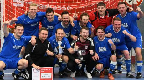 Der Jubel des Titelgewinners: Die SpVgg Wiesenbach setzte sich im Turnier um den Sparkassen-Cup durch. Zusammen mit dem unterlegenen Finalisten VfR Jettingen tritt der Kreisligist nun auf Ebene des Fußball-Kreises Donau an.