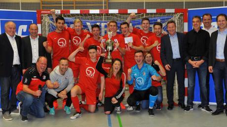 Der neue Futsal-Landkreismeister TSV Wertingen bejubelt seinen Titelgewinn – und die Offiziellen freuen sich mit. Alexander Jall sowie Alexander Lehmann vom Titelsponsor gratulierten ebenso wie Turnierleiter Franz Bohmann oder Schirmherr Landrat Leo Schrell.