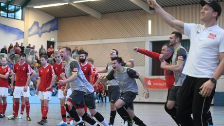 Im Sechsmeterschießen bezwang der Kreisklassist TSV Fischach (graue Trikots), der als Gastgeber nur mit einem Freilos teilnehmen durfte, den Kreisligisten SSV Anhausen. Da war der Jubel bei den Spielern und Trainer Dominik Bröll (rechts) groß.