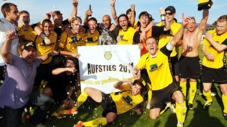 Die Fußballer des TSV Gersthofen bejubelten 2011 nach einem 3:1-Sieg im Relegationsspiel gegen die SpVgg Selbitz den Aufstieg in die Bayernliga.