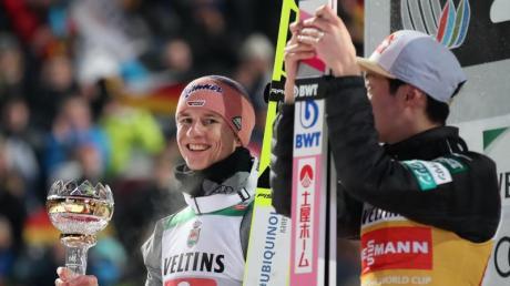 Die Überflieger des Tournee-Auftakts: Karl Geiger (l) und Ryoyu Kobayashi.