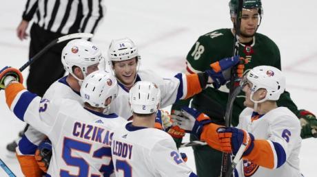 Tom Kühnhackl (Nr. 14) feierte mit den New York Islanders einen Auswärtssieg.