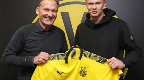 BVB-Boss Hans-Joachim Watzke übergibt Neuzugang Erling Haaland das Trikot von Borussia Dortmund.