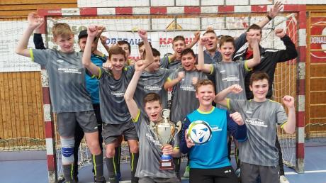 Bejubelten ihren Erfolg bei der Landkreis-Meisterschaft in der Halle: Die C-Juniorenfußballer der SG Offingen.