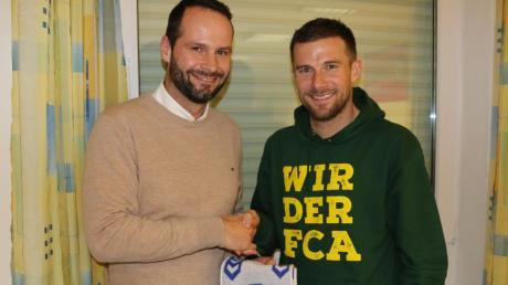 Wurden beim FCA-Stammtisch heimlich Vereinbarungen getroffen zwischen Ecknachs Sportchef Jochen Selig (links) und FCA-Kapitän Daniel Baier?Schulte
