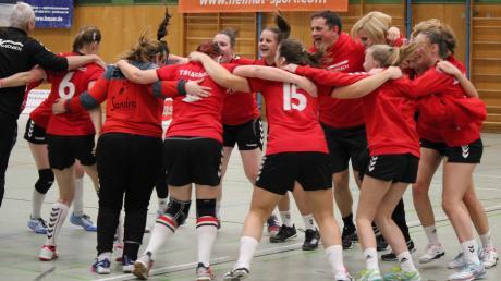 So einige Erfolge feierten die Handballerinnen des TSV Aichach um Trainer Martin Fischer (links) in diesem Jahr. Aktuell belegen die Paarstädterinnen Platz eins der Bezirksoberliga und dürfen weiterhin vom Aufstieg in die Landesliga träumen.