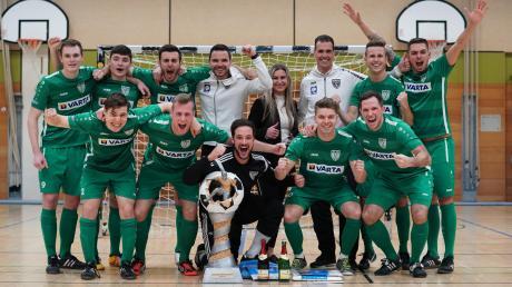 Das Siegerteam des TSV Nördlingen in bester Laune mit dem überdimensionalen Wanderpokal.