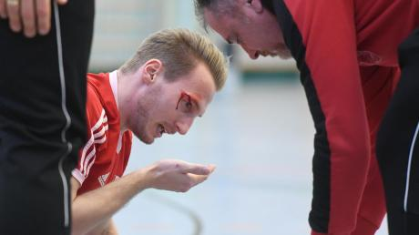 Anhausens Benedikt Schmid war der Leidtragende bei der Rückkehr der Blutgrätsche auf das Hallenparkett. Er zog sich eine blutende Platzwunde am Kopf zu. Heimlich, still und leise wurde das Grätschverbot beim Futsal wieder aufgehoben.