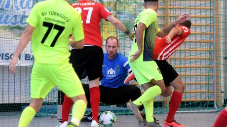 Kaum zu überwinden war Meitingens Torwart-Oldie Tobias Hellmann im Viertelfinale gegen den SV Türkgücü Königsbrunn.