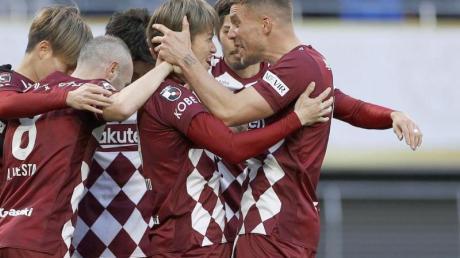 Lukas Podolski (r) jubelt mit seinen Teamkollegen.