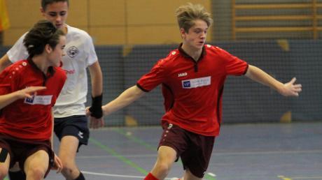 Benjamin Peter (am Ball) und Louis Göttler schafften mit Dasing als Gruppensieger mit dem TSV Dasing den Sprung in die B-Junioren-Landkreis-Endrunde.