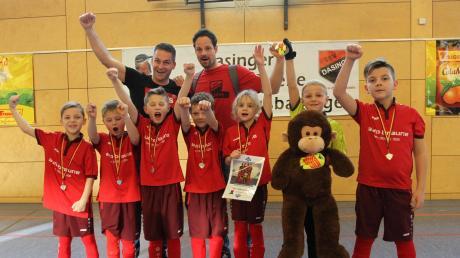 Bejubelten ihren ersten Turniererfolg – die F2-Junioren des TSV Dasing mit ihren Betreuern Tom Schlecht und Christian Paschwitz.