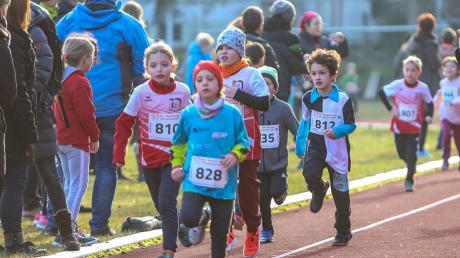 """Mit vollen Einsatz bei der Sache: Auch die """"Kleinen"""" kamen beim Neuburger Silvesterlauf auf ihre Kosten."""