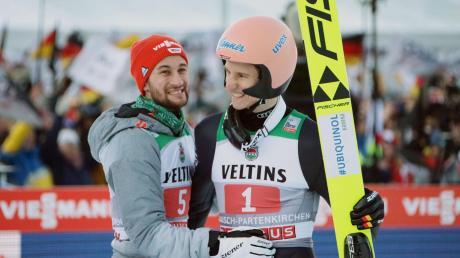 Markus Eisenbichler (links) fiebert seinem Zimmerkollegen Karl Geiger mit. Geiger darf vom Gesamtsieg bei der Vierschanzentournee träumen.