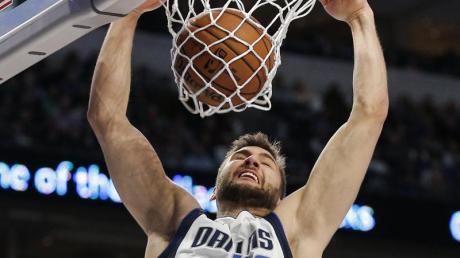 Maximilian Kleber von den Dallas Mavericks bei einem erfolgreichen Dunking gegen die Nets.