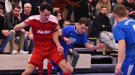 Dieses Duell können die Zuschauer bei der Hallenmeisterschaft des Fußballkreises Donau frühestens im Halbfinale sehen. Der VfR Jettingen um Justus Riederle (links) und die SpVgg Wiesenbach mit Torjäger Daniel Steck kämpfen in Wertingen um die Tickets für die schwäbische Endrunde.