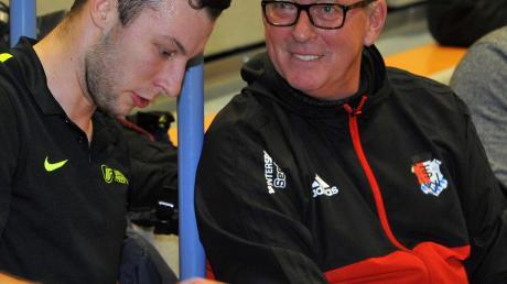 Die Gesamtorganisation liegt in den Händen von Sportleiter Fritz Bühringer (rechts), der sich gerade mit dem Ballakrobaten Mike Niidas unterhält. Niidas tritt seit einigen Jahren beim UR-Cup auf.