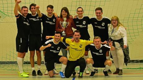 So sehen Sieger aus: Die Kicker des Landesligisten FC Ehekirchen triumphierten bei der 40. Auflage des Hallenturniers der Schiedsrichtergruppe Neuburg. Im Finale wurde der starke Kreisklassist SV Straß mit 4:0 bezwungen.