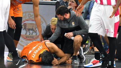Ulms Grant Jerrett blieb nach einem unsportlichen Foul von Bonns Yorman Polas Bartolo verletzt liegen. Es ging aber weiter für ihn.