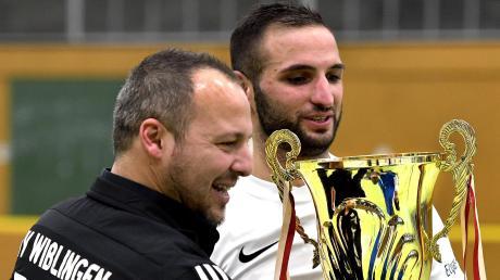 Wiblingens Abteilungsleiter Gökhan Budak (links) überreicht den Pokal.