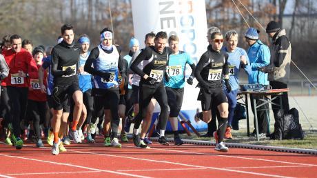Die drei erstplatzierten Männer beim 37. Aichacher Dreikönigslauf Lucas Theis (links vorne), Jan Lettenmaier (Mitte mit der Startnummer 134) und Sieger Benjamin Dillitz (rechts, Startnummer 178) setzten sich von Beginn an an die Spitze des Feldes. Insgesamt gingen rund 250 Läufer an den Start in allen Rennen.