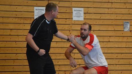 Einen gebrauchten Nachmittag erlebten Simon Peter und der TSV Fischach. Hier muss Schiedsrichter Manfred Keil dem TSV-Kapitän wieder auf die Beine helfen.