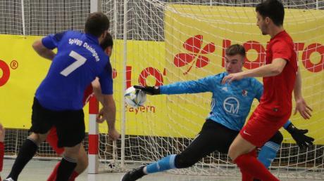 Peter Gerstmeier (Nummer 7) brachte die SpVgg Deiningen gegen den TSV Wertingen mit 1:0 in Führung. Torwart Moritz Bschorer war noch mit den Fingerspitzen am Leder.