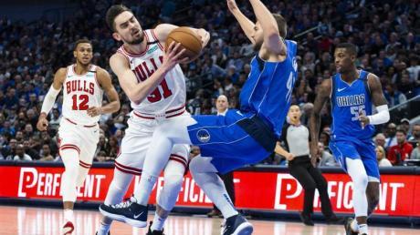 Maxi Kleber (r) feierte mit den Dallas Mavericks einen Sieg gegen die Chicago Bulls.