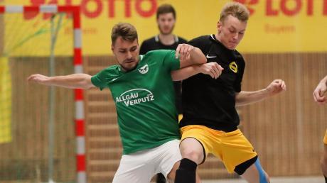 Der BSK Olympia Neugablonz (links Benjamin Maier im Halbfinale gegen Wildpoldsrieds Luca Engstler) ist erster Allgäuer Futsal-Meister.