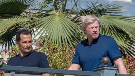 Sportdirektor Hasan Salihamidzic (l) und Vorstandsmitglied Oliver Kahn im Trainingslager des FC Bayern München in Doha.