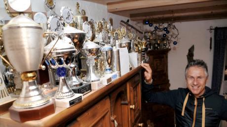 Der Skirennfahrer Joe Stolte hat eine beeindruckende Pokalsammlung bei sich zuhause in Vöhringen. Die nächsten Tage wird er in Innsbruck sein.