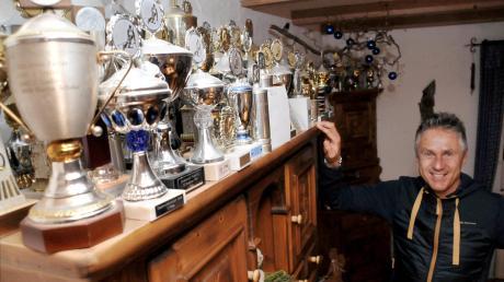 Der Skirennfahrer Joe Stolte hat eine beeindruckende Pokalsammlung bei sich zu Hause in Vöhringen. Die nächsten Tage wird er in Innsbruck sein.