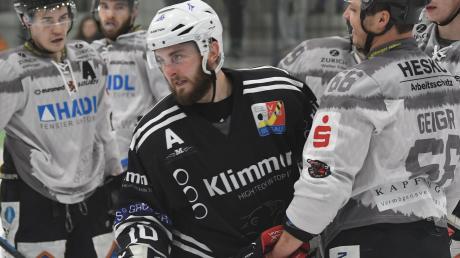 Aus Sicht seines Abteilungsleiters Heinz Heinrich ist Stürmer Dennis Tausend bisher der Eisbär der Saison. Am Sonntag starten die Burgauer in die Landesliga-Absteigsrunde.