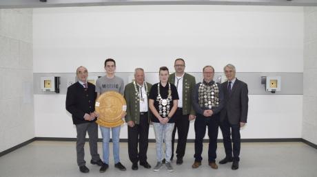 Die Siegerehrung in Jettingen mit (von links) Hans Reichhart, Sebastian Pauler, Alois Gilg, Leonie Feuchtmayr, Thomas Feuchtmayr, Werner Mielke und Hermann Högel.