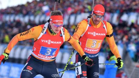 Benedikt Doll (l) und Arnd Peiffer wollen beim Massenstart in Oberhof aufs Podest.