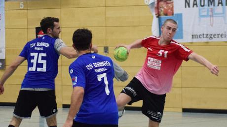 Im Handball-Derby der Bezirksoberliga konnten sich die Bobinger (blaue Trikots) am Ende doch gegen den Aufsteiger BHC Königsbrunn mit 27:22 durchseten. Unser Bild zeigt von links Moritz Müller, Jonas Vogt und Simon Mörchen.