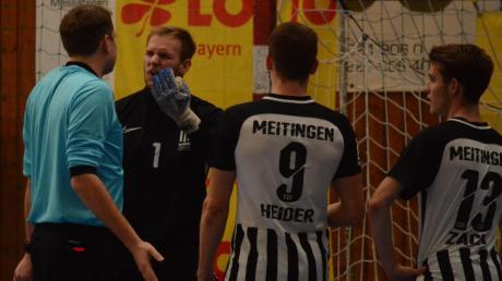 Daniel Wagner, Alexander Heider und Emanuel Zach vom TSV Meitingen können es nicht fassen. Nach einer Grätsche im Strafraum gab es die Rote Karte.