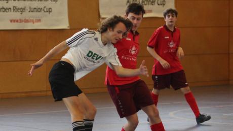Der TSV Friedberg (weiß) gewann bei den Albertus-Quelle-Futsaltagen in der Dasinger Dreifachhalle das C2-Turnier.