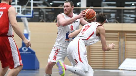 Viel Kampfgeist zeigten Max Uhlich (am Ball) und Lewis Londene beim 88:72-Sieg der BG Leitershofen/Stadtbergen in Bad Aibling.