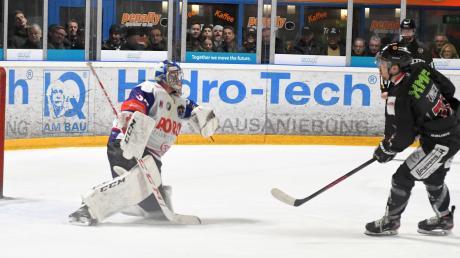 Anton Zimmer verwandelte den spielentscheidenden Penalty zum 2:1 des EHC Königsbrunn gegen Dorfen.